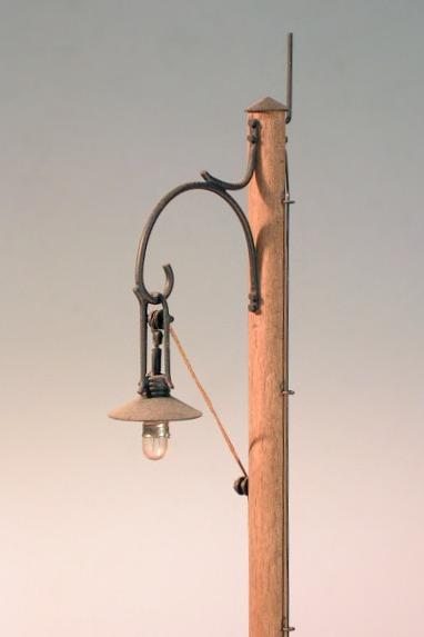 gro bild selbst gebaute bahnhofslampe mit holzmast 1 22 5. Black Bedroom Furniture Sets. Home Design Ideas