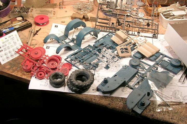 Die Bausatzteile für den Lanz Bulldog von Pola auf einem Basteltisch.